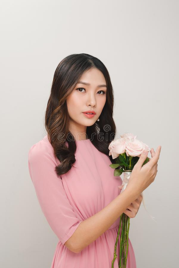 Portret van een tevreden jonge vrouw gekleed in roze kleding holdin royalty-vrije stock foto