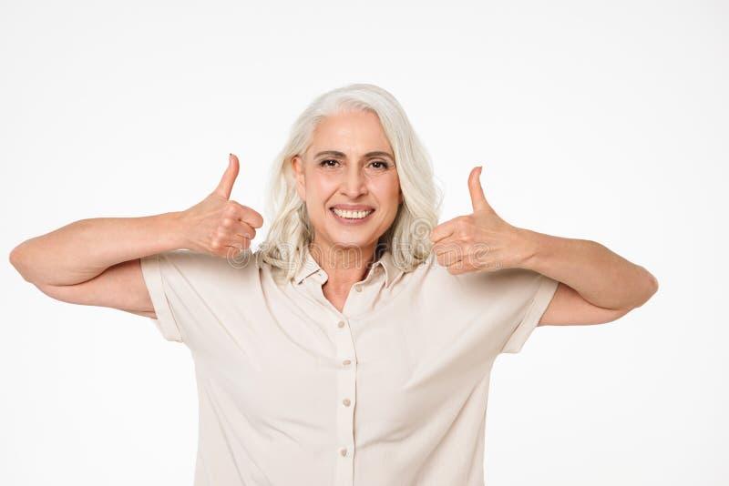 Portret van een tevreden rijpe vrouw stock foto's