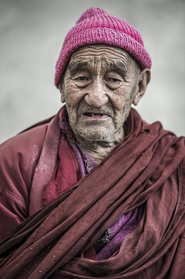 Portret van een tibetan oude monnik van Thikse-Klooster, Leh stock foto's