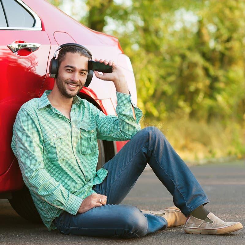 Portret van een tiener die aan mp3 speler in openlucht luisteren royalty-vrije stock foto