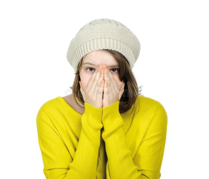 Portret van een tiener die haar gezicht met haar handen behandelt stock foto's