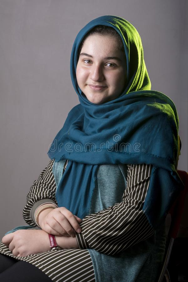 Portret van een tiener mooi meisje in studiozetel op een stoel royalty-vrije stock foto's