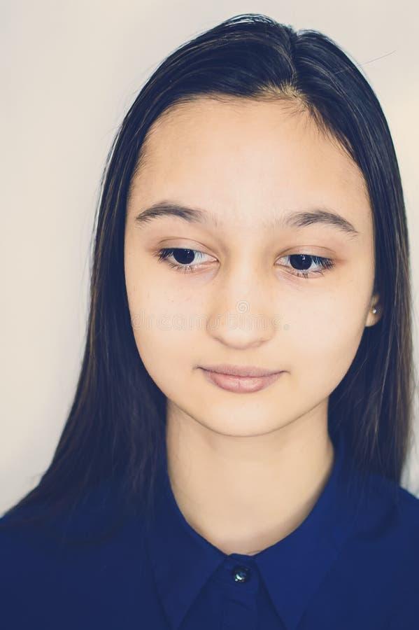 Portret van een tiener op een neutrale achtergrond het stemmen instagram stock foto