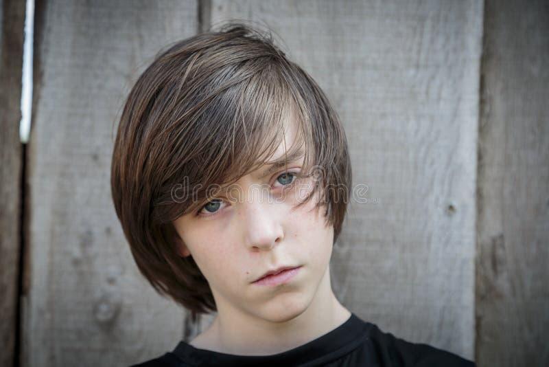 Portret van een tiener voor een houten achtergrond stock afbeelding