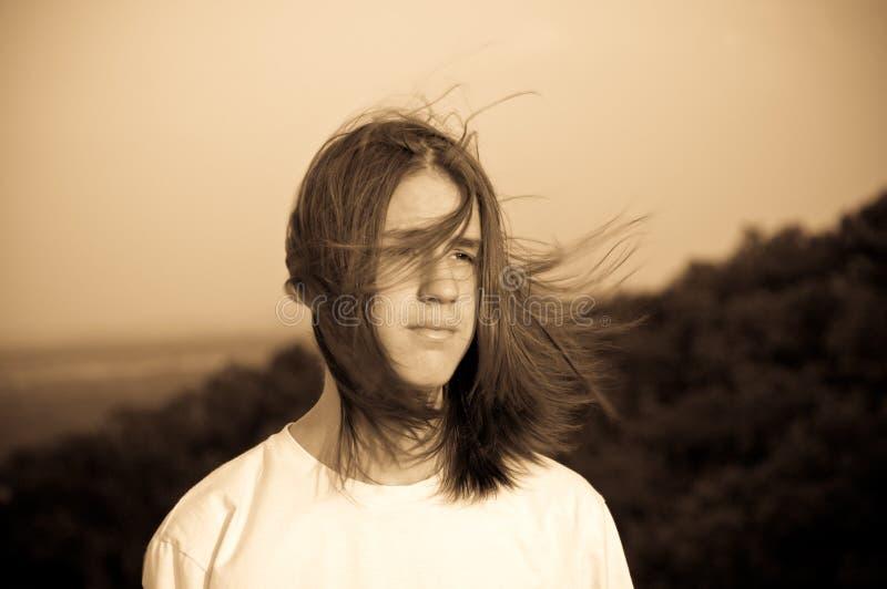 Portret van een tiener. wind. royalty-vrije stock afbeelding