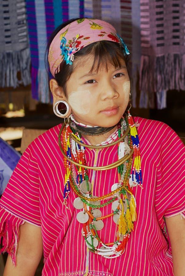 Portret van een tienermeisje van de stam van de de Halsheuvel van Lahwi Padaung Lange in Kayan-dorp in Mae Hong Son, Thailand royalty-vrije stock afbeelding