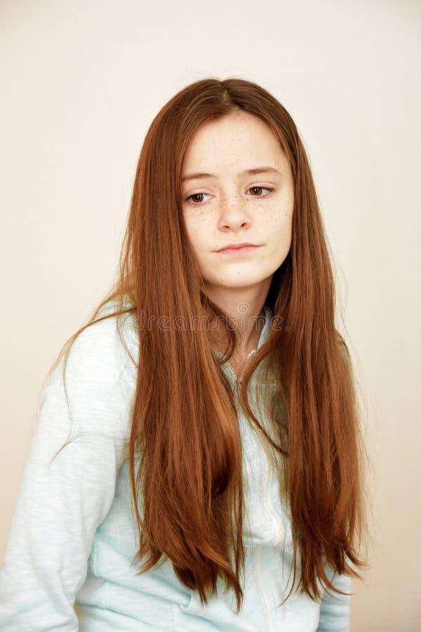 Portret van een treurige kijkende tiener stock foto's