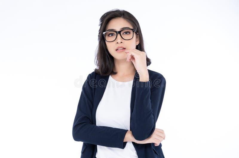 Portret van een uitvoerende professionele Aziatische onderneemster in toevallige status tegen bij geïsoleerd op een witte achterg royalty-vrije stock fotografie