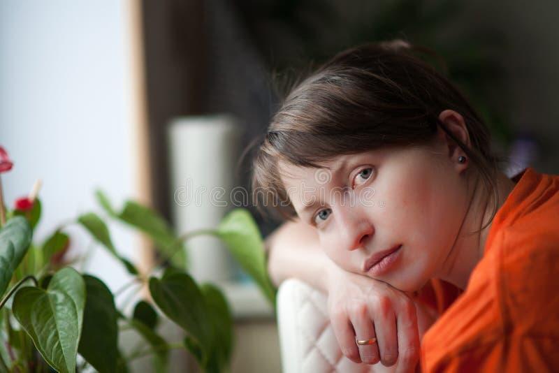 Portret van een vermoeide vrouw thuis stock afbeeldingen