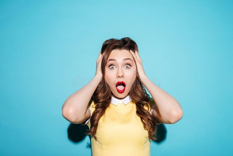 Portret van een verraste geschokte vrouw in kleding stock afbeeldingen