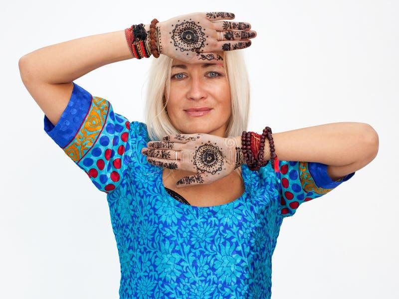 portret van een volwassen blondevrouw met geschilderde palmen royalty-vrije stock fotografie