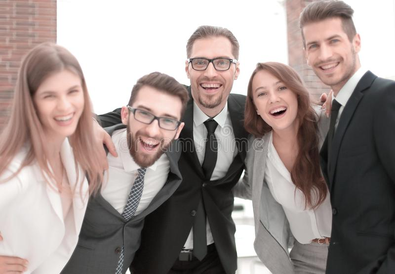 portret van een vriendschappelijk commercieel team stock foto's