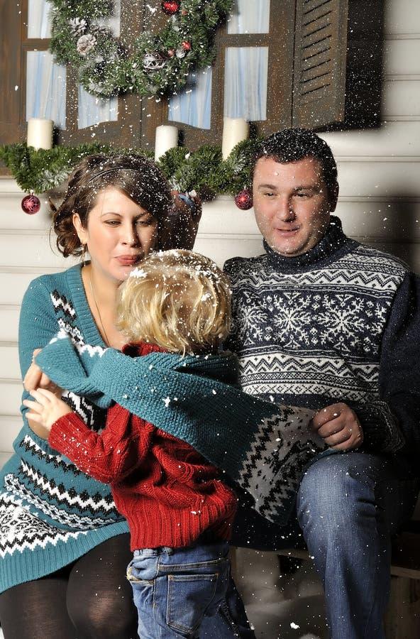 Portret van een vriendschappelijke familie met zwangere vrouw tijdens Kerstmistijd stock foto's