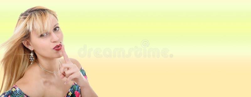 Portret van een vrij blonde vrouw royalty-vrije stock afbeelding