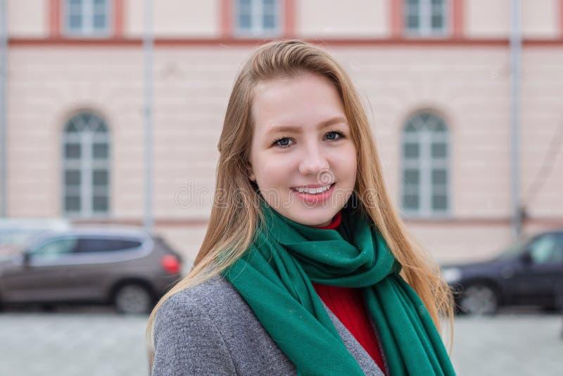 Portret van een vrij gelukkige vrouw, het glimlachen stock foto's