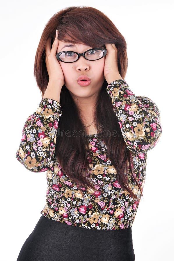 Portret van een vrij jong meisje die haar haar in frustratie trekken stock foto