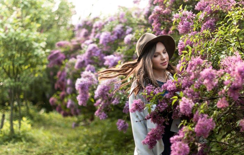 Portret van een vrij jong meisje in een hoed royalty-vrije stock afbeeldingen