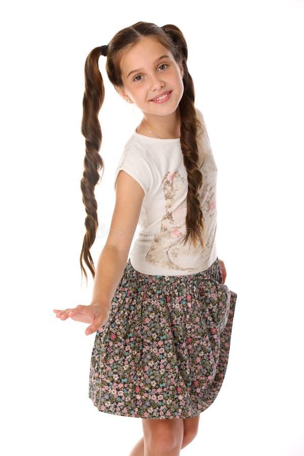 Portret van een vrij jonge tiener 12 jaar oud in een rok met naakte benen royalty-vrije stock foto's