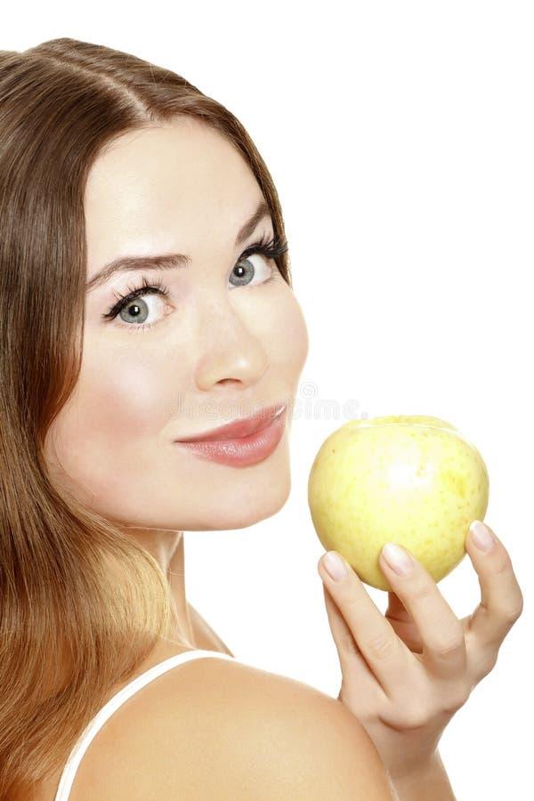 Portret van een vrij jonge vrouw met een appel stock afbeeldingen