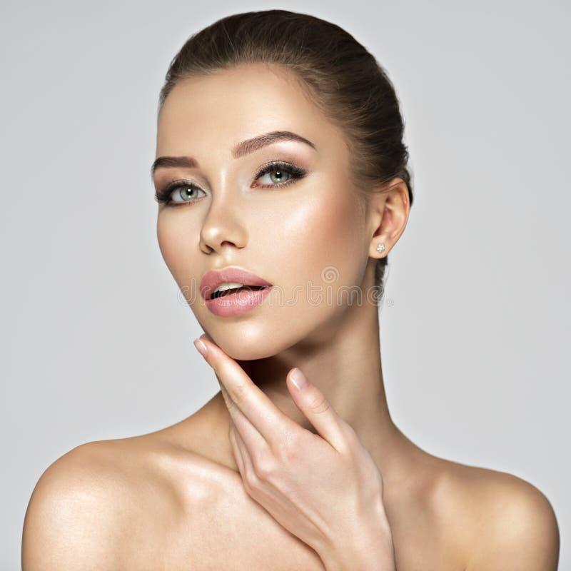 Portret van een vrij Kaukasisch meisje met gezonde huid stock foto