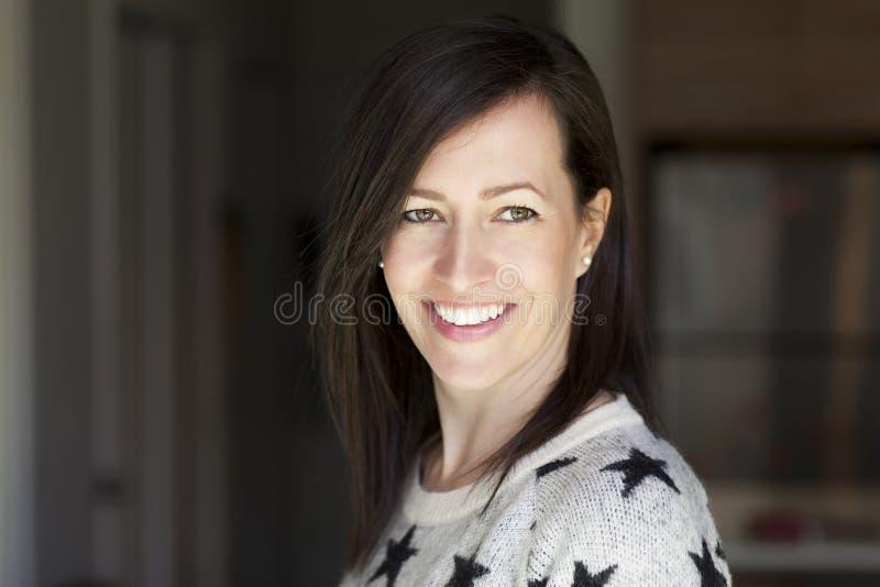 Portret van een vrij Rijpe Vrouw die thuis glimlachen stock afbeeldingen