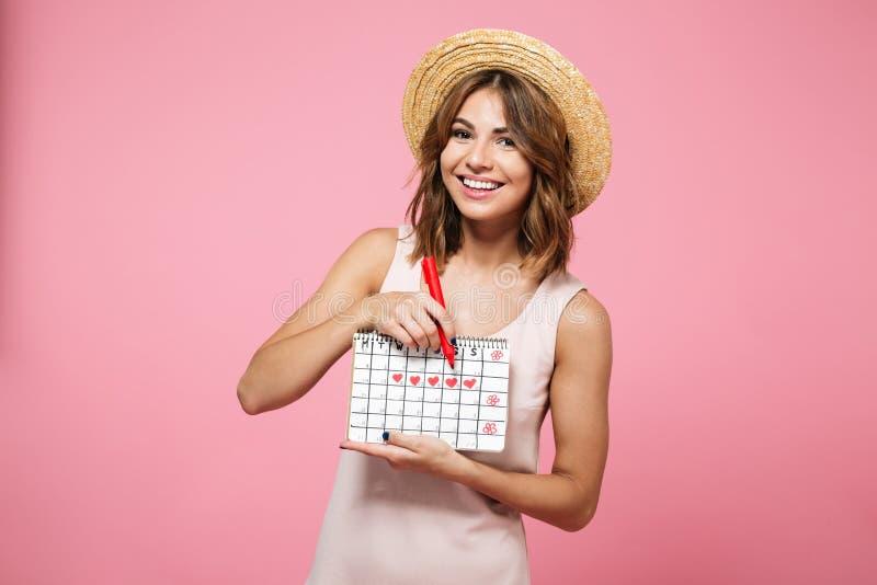 Portret van een vrolijk gelukkig meisje in de zomerhoed stock afbeeldingen