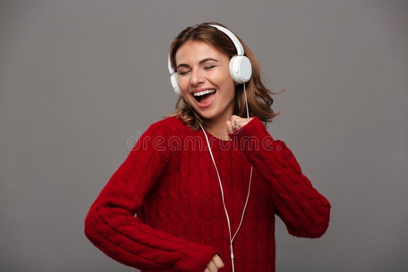 Portret van een vrolijk gelukkig meisje in rode sweater royalty-vrije stock afbeeldingen