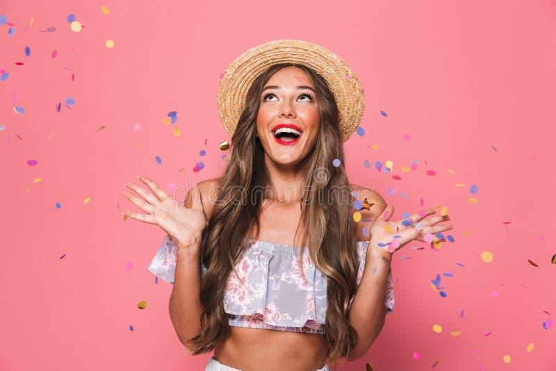 Portret van een vrolijk jong meisje in de zomerkleren royalty-vrije stock foto
