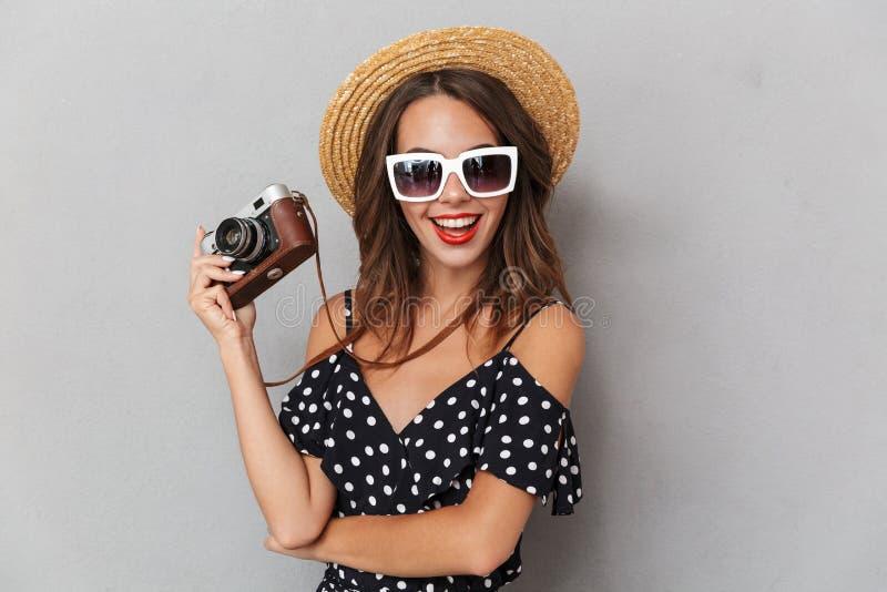 Portret van een vrolijk jong meisje in kleding en strohoed royalty-vrije stock afbeelding