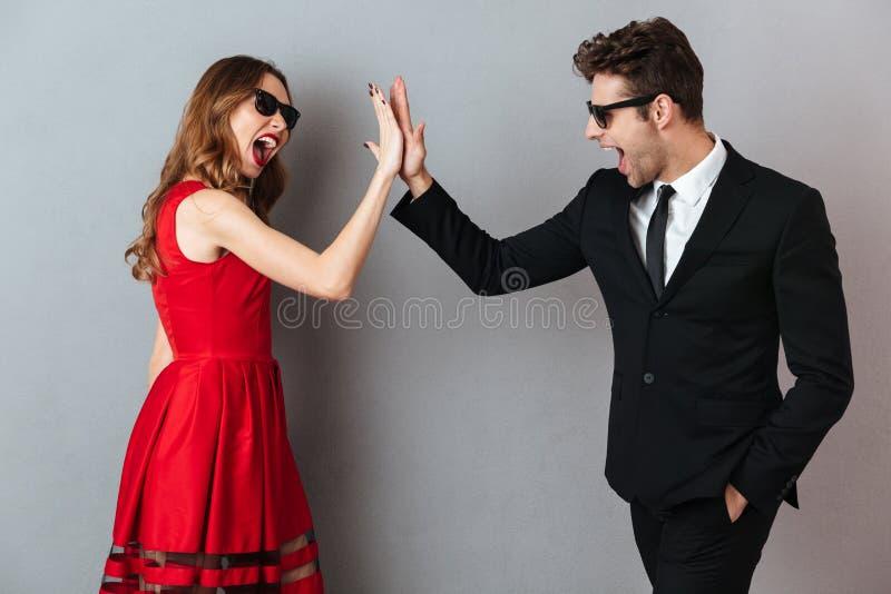 Portret van een vrolijk jong paar gekleed in formele slijtage stock afbeelding