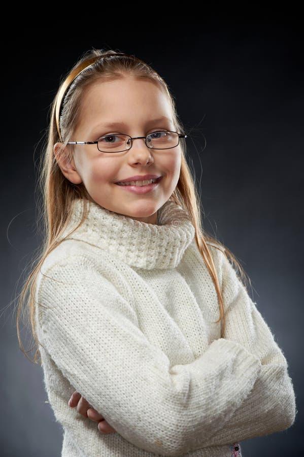 Portret van een vrolijk meisje in oogglazen stock foto