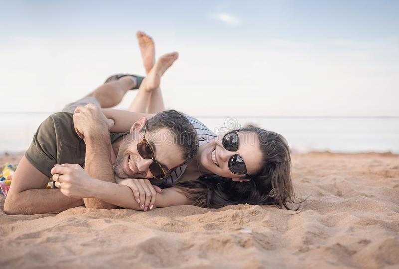 Portret van een vrolijk paar die op vakantie rusten royalty-vrije stock afbeelding