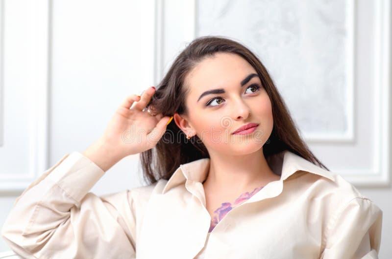 Portret van een vrolijk peinzend meisje in een wit overhemd met een purp royalty-vrije stock foto