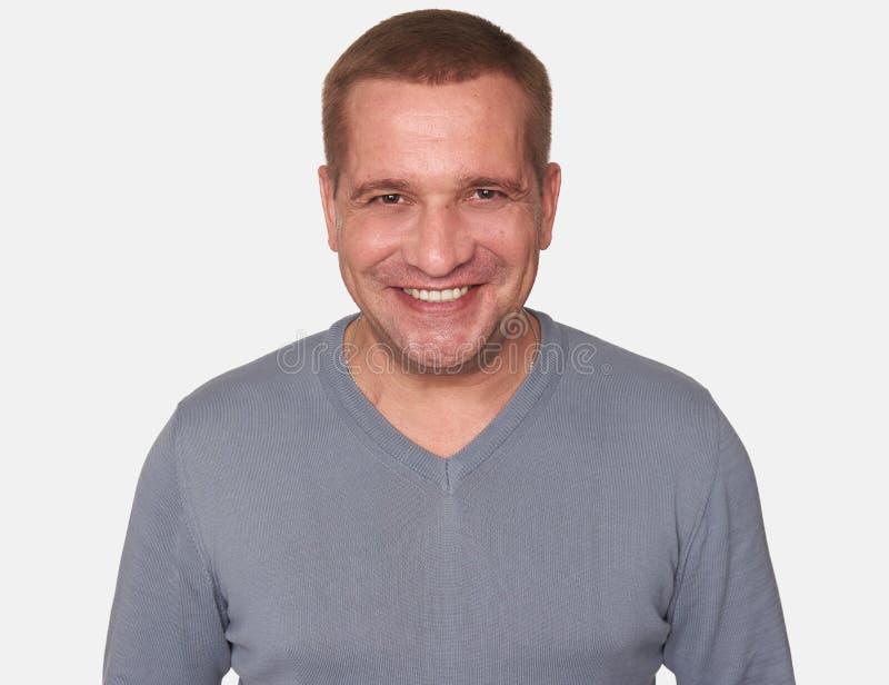 Portret van een vrolijke mens die geïsoleerde camera bekijken stock afbeeldingen
