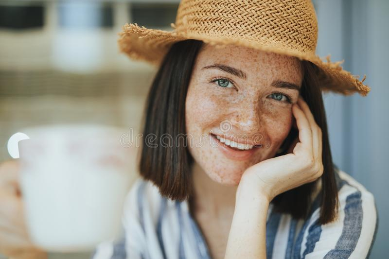 Portret van een vrouw bij een koffie royalty-vrije stock afbeelding