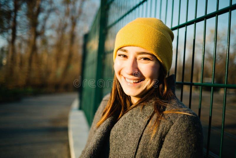 Portret van een Vrouw bij Zonsondergang Kalmte, openlucht en mediterend concept stock afbeeldingen