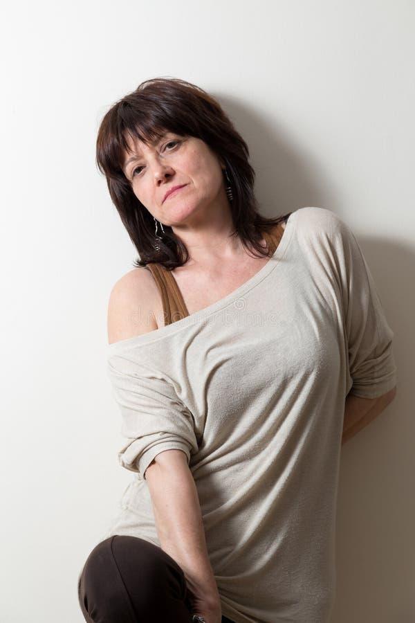 Download Portret Van Een Vrouw Die Op Muur Leunen Stock Afbeelding - Afbeelding bestaande uit overhemd, portret: 39113467