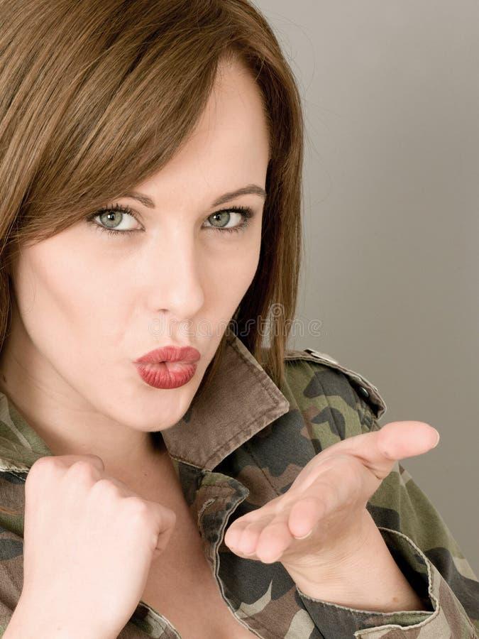 Portret van een Vrouw die een Open Leger of een Militaire Camouflage dragen stock afbeeldingen