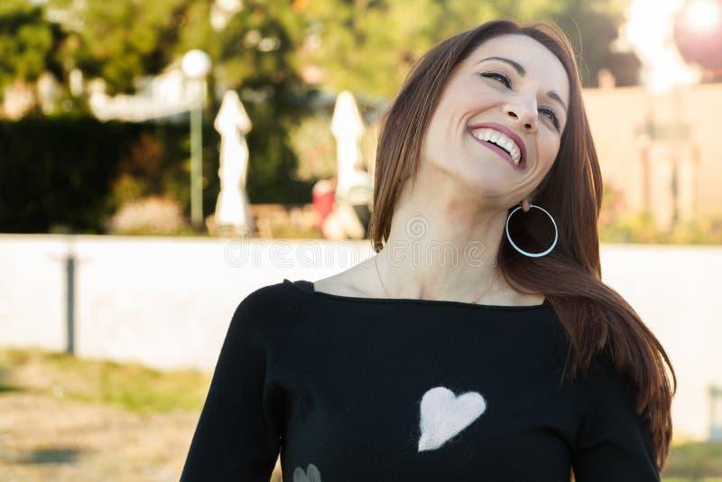 Portret van een vrouw die in openlucht lachen royalty-vrije stock foto