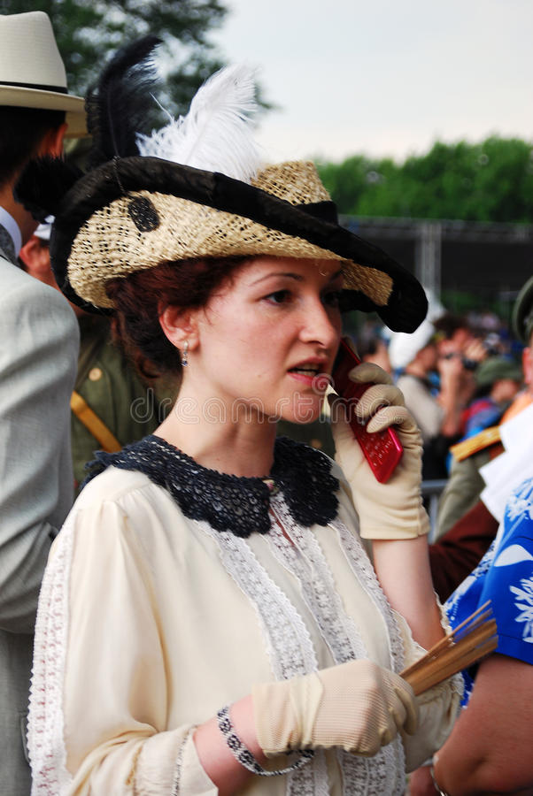 Portret van een vrouw die over de mobiele telefoon spreken royalty-vrije stock foto's