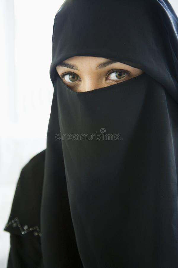 Portret van een vrouw die van het Middenoosten zwarte draagt