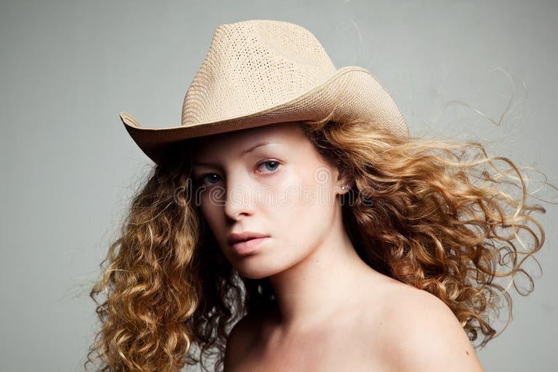 Portret van een vrouw in een cowboyhoed royalty-vrije stock foto's
