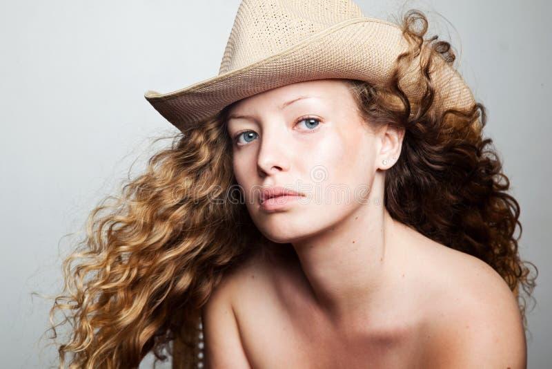 Portret van een vrouw in een cowboyhoed stock afbeeldingen