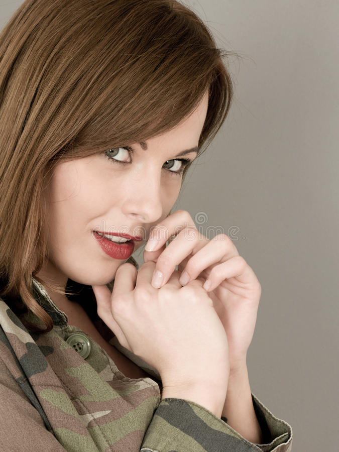 Portret van een Vrouw een Militair Camouflagejasje die Schuw kijken en royalty-vrije stock afbeelding