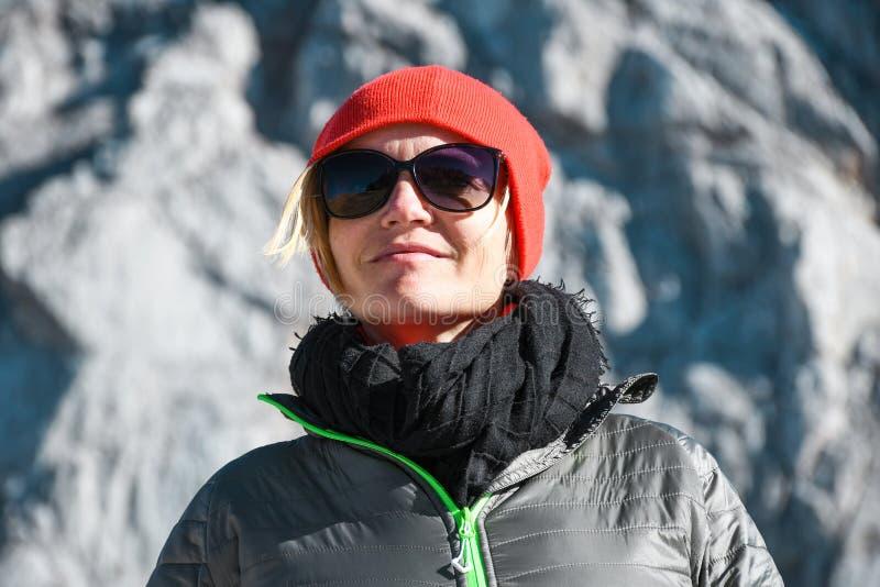 Portret van een vrouw met grijs jasje en zonnebril op een aardige zonnige de herfstdag op een reis in Julian alpen royalty-vrije stock foto