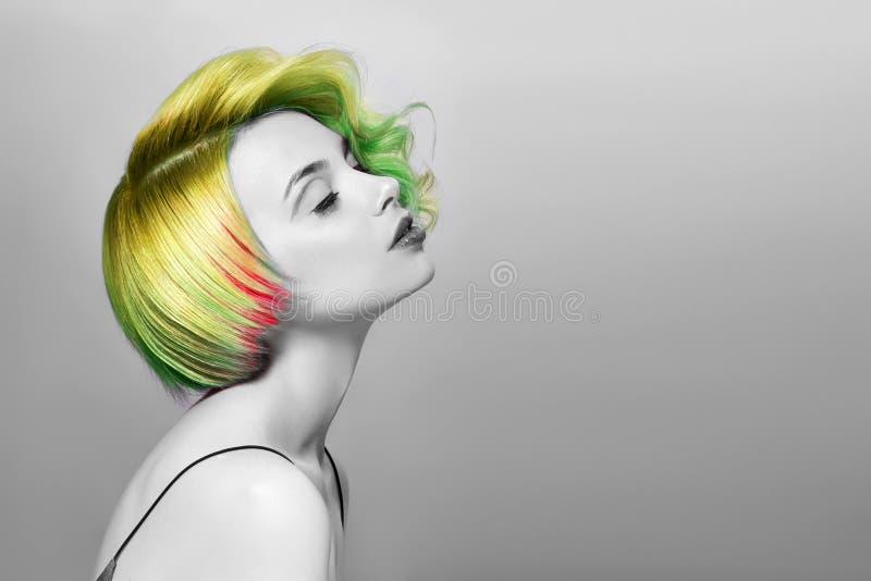 Portret van een vrouw met helder gekleurd vliegend haar, alle schaduwen van groen Haar die mooie lippen en make-up kleuren Haar h royalty-vrije stock foto