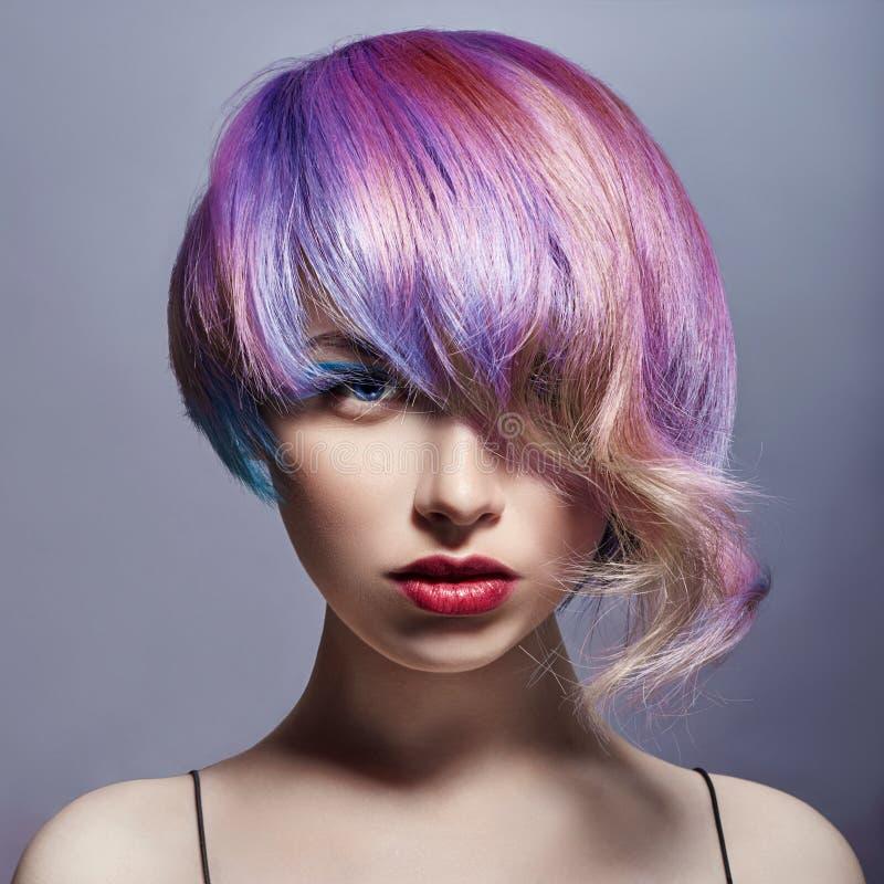 Portret van een vrouw met helder gekleurd vliegend haar, alle schaduwen van purple Haarkleuring, mooie lippen en make-up haar stock afbeeldingen