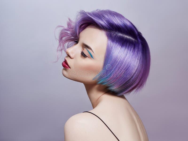 Portret van een vrouw met helder gekleurd vliegend haar, alle schaduwen van purple Haarkleuring, mooie lippen en make-up haar stock afbeelding