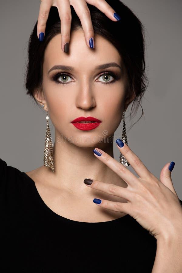 Portret van een vrouw met heldere make-up en rode lippenstift royalty-vrije stock foto
