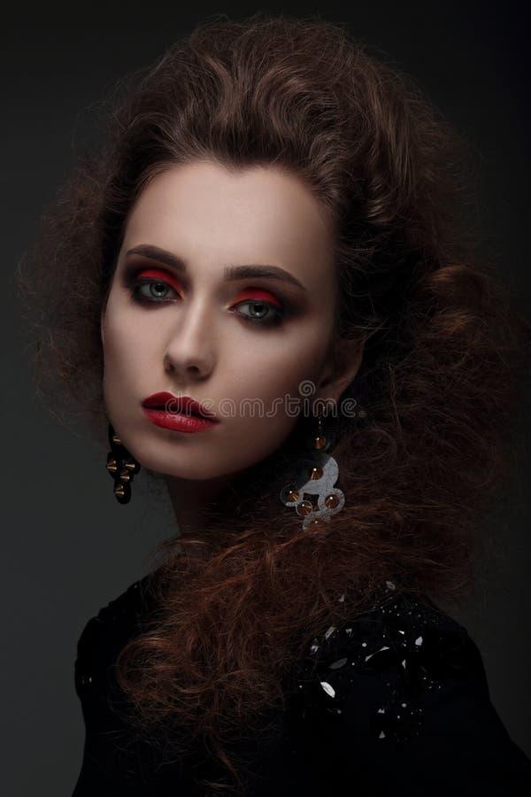 Portret van een vrouw met hoog haar en rode lippen royalty-vrije stock fotografie
